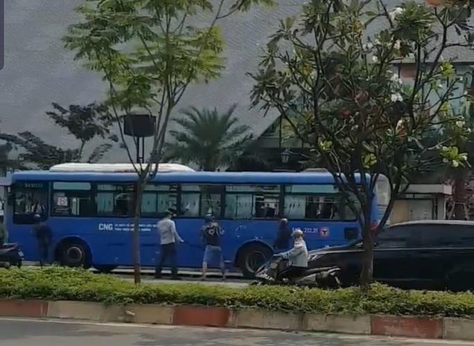 Nhóm côn đồ vác mã tấu đập phá xe buýt trên đường Phạm Văn Đồng - Ảnh 2.