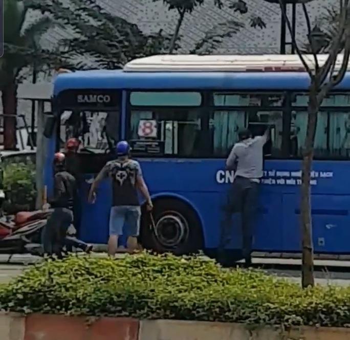 Nhóm côn đồ vác mã tấu đập phá xe buýt trên đường Phạm Văn Đồng - Ảnh 3.