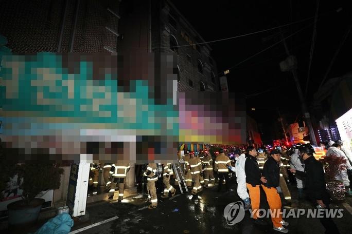 Đốt giường của mình để tự tử, hại 33 người khác thương vong - Ảnh 1.
