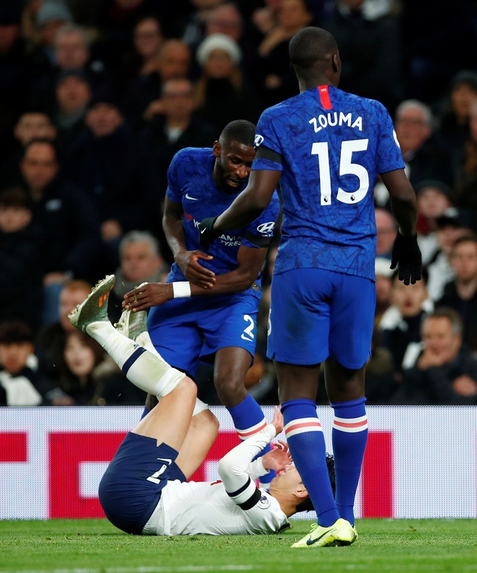 Trung vệ Chelsea vừa bị phân biệt chủng tộc, vừa bị HLV Mourinho chế giễu - Ảnh 3.