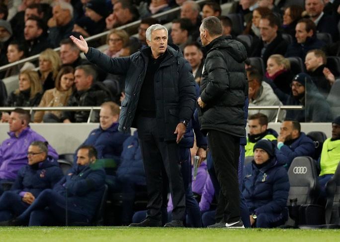 Trung vệ Chelsea vừa bị phân biệt chủng tộc, vừa bị HLV Mourinho chế giễu - Ảnh 1.