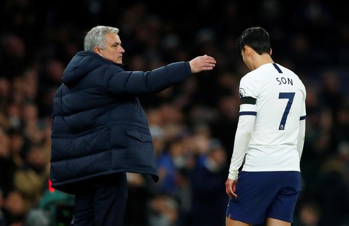 Trung vệ Chelsea vừa bị phân biệt chủng tộc, vừa bị HLV Mourinho chế giễu - Ảnh 6.