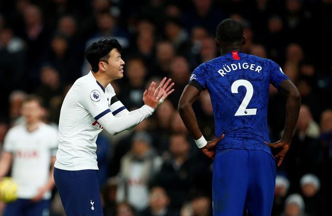Trung vệ Chelsea vừa bị phân biệt chủng tộc, vừa bị HLV Mourinho chế giễu - Ảnh 2.