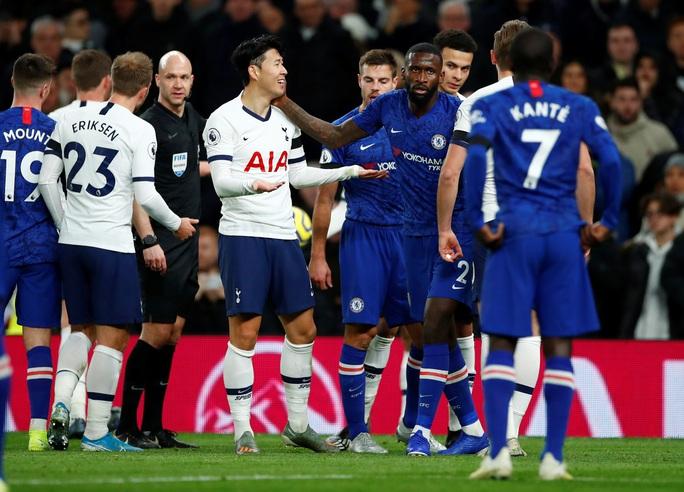 Trung vệ Chelsea vừa bị phân biệt chủng tộc, vừa bị HLV Mourinho chế giễu - Ảnh 4.