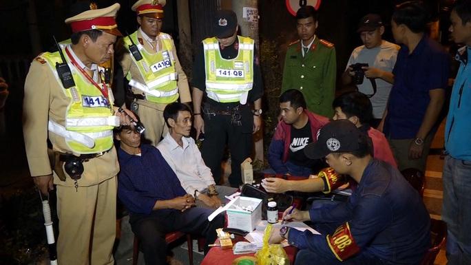 Cảnh sát 113 bắt giữ 2 đối tượng cùng ôtô chở hàng nóng và ma túy - Ảnh 1.