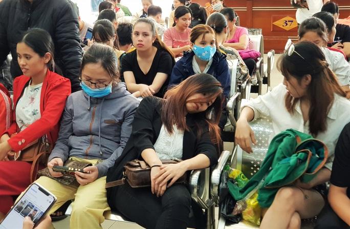 Đà Nẵng: Xếp hàng từ 4 giờ sáng mua vé xe về quê ăn Tết - Ảnh 2.