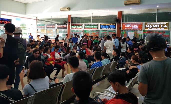 Đà Nẵng: Xếp hàng từ 4 giờ sáng mua vé xe về quê ăn Tết - Ảnh 3.