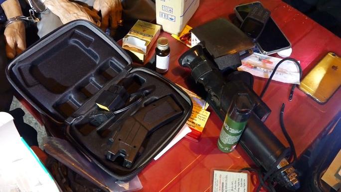 Cảnh sát 113 bắt giữ 2 đối tượng cùng ôtô chở hàng nóng và ma túy - Ảnh 4.