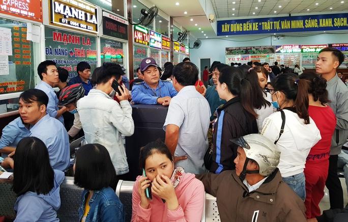 Đà Nẵng: Xếp hàng từ 4 giờ sáng mua vé xe về quê ăn Tết - Ảnh 4.