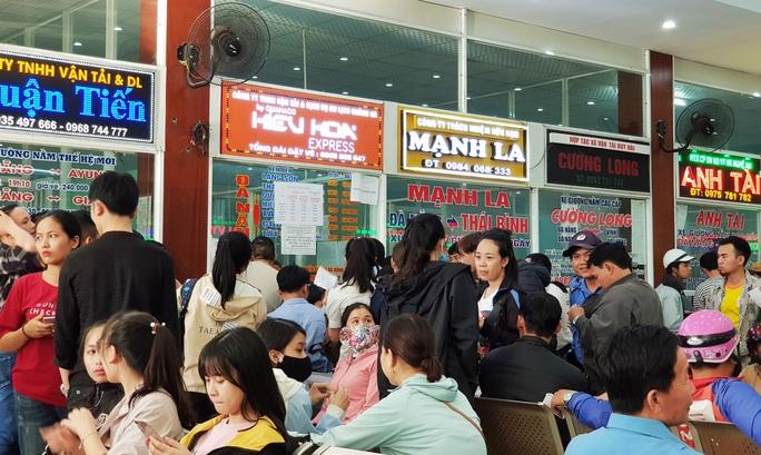 Đà Nẵng: Xếp hàng từ 4 giờ sáng mua vé xe về quê ăn Tết - Ảnh 5.