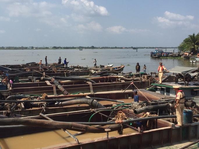 Bắt 20 tàu khai thác cát lậu trên sông Tiền - Ảnh 1.