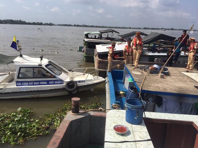 Bắt 20 tàu khai thác cát lậu trên sông Tiền - Ảnh 6.