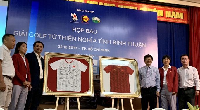 Giải golf từ thiện đấu giá 2 chiếc áo đội tuyển nữ Việt Nam tặng Thủ tướng Nguyễn Xuân Phúc - Ảnh 1.