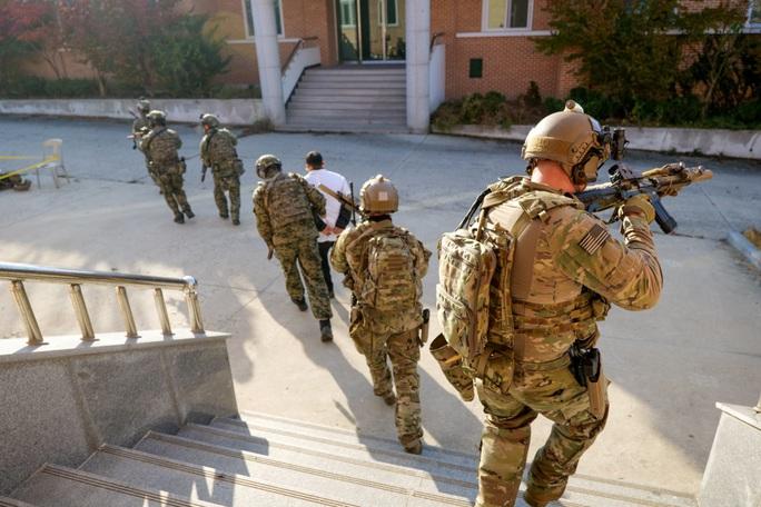 Căng thẳng với Triều Tiên, lính Mỹ - Hàn Quốc diễn tập cận chiến - Ảnh 2.