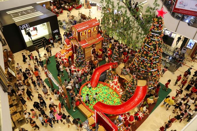 Người dân TP HCM xuống phố đón Giáng sinh - Ảnh 8.