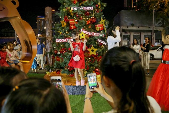 Người dân TP HCM xuống phố đón Giáng sinh - Ảnh 9.