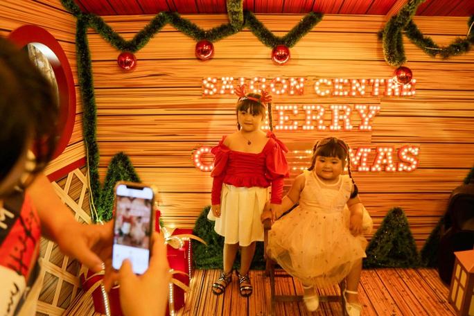 Người dân TP HCM xuống phố đón Giáng sinh - Ảnh 11.