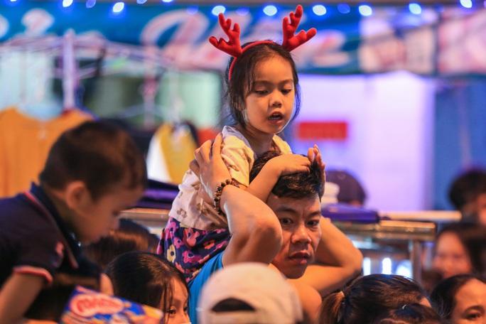 Người dân TP HCM xuống phố đón Giáng sinh - Ảnh 5.