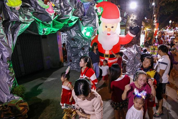 Người dân TP HCM xuống phố đón Giáng sinh - Ảnh 1.