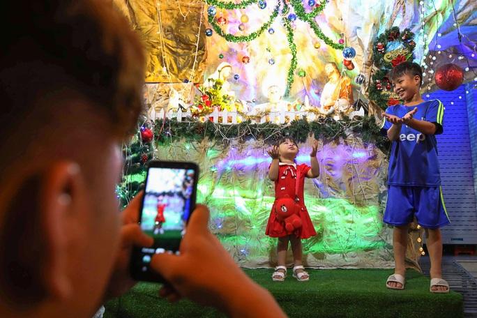 Người dân TP HCM xuống phố đón Giáng sinh - Ảnh 6.
