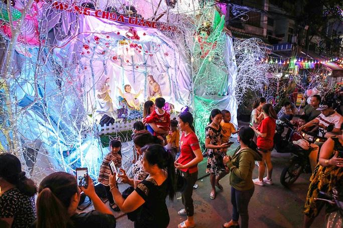 Người dân TP HCM xuống phố đón Giáng sinh - Ảnh 3.