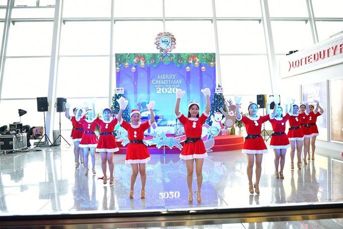 Bất ngờ với Ông già Noel, Công chúa Tuyết ở sân bay - Ảnh 11.