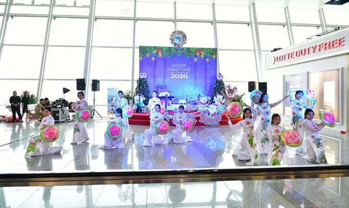 Bất ngờ với Ông già Noel, Công chúa Tuyết ở sân bay - Ảnh 8.