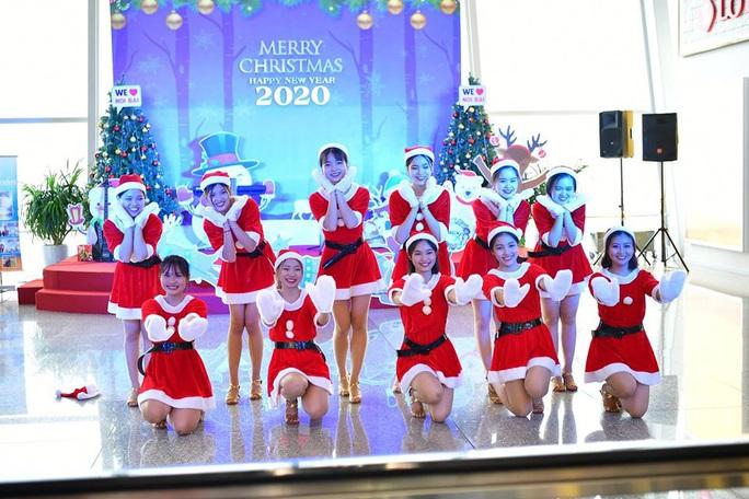 Bất ngờ với Ông già Noel, Công chúa Tuyết ở sân bay - Ảnh 12.