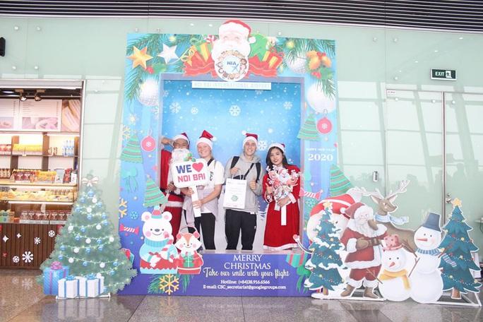 Bất ngờ với Ông già Noel, Công chúa Tuyết ở sân bay - Ảnh 15.