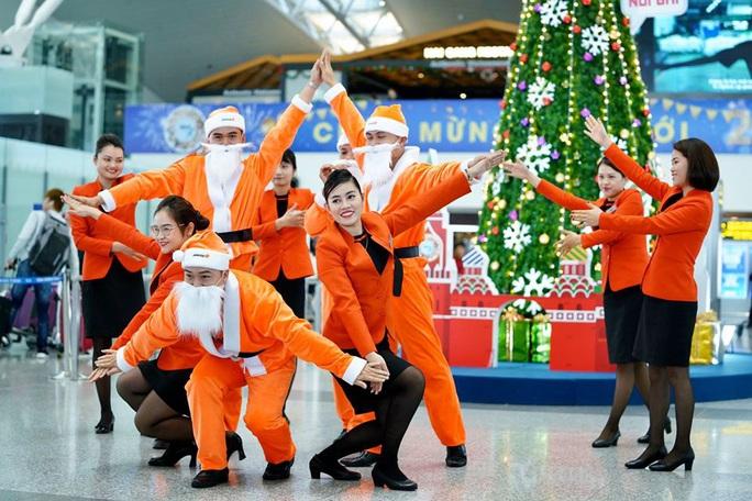 Bất ngờ với Ông già Noel, Công chúa Tuyết ở sân bay - Ảnh 16.