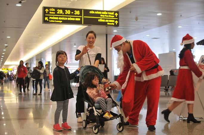 Bất ngờ với Ông già Noel, Công chúa Tuyết ở sân bay - Ảnh 18.