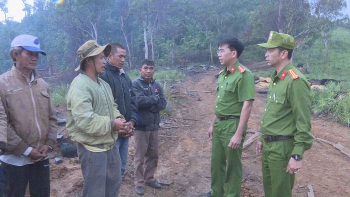 Khởi tố 10 đối tượng mở công trường khai thác gỗ ở 2 tỉnh Đắk Lắk - Khánh Hòa - Ảnh 2.