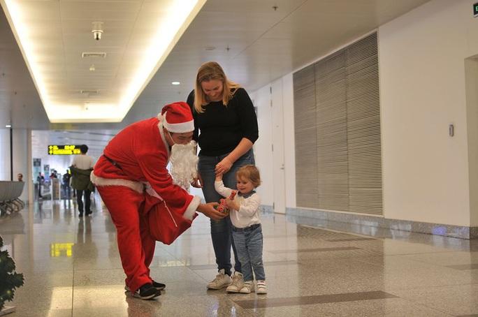 Bất ngờ với Ông già Noel, Công chúa Tuyết ở sân bay - Ảnh 19.