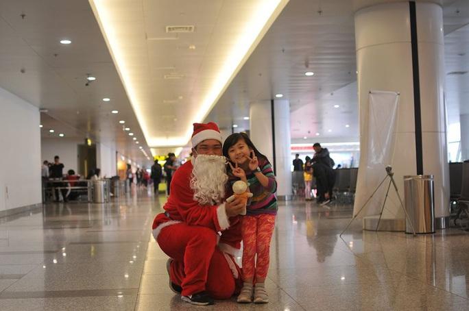 Bất ngờ với Ông già Noel, Công chúa Tuyết ở sân bay - Ảnh 20.
