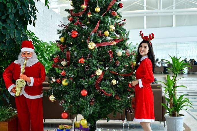 Bất ngờ với Ông già Noel, Công chúa Tuyết ở sân bay - Ảnh 14.