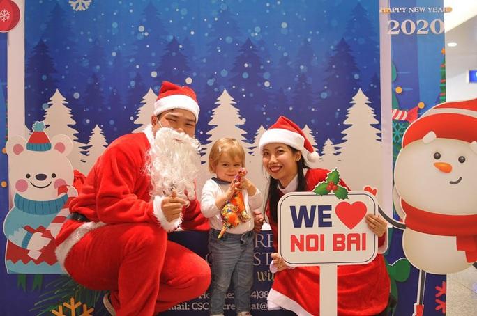 Bất ngờ với Ông già Noel, Công chúa Tuyết ở sân bay - Ảnh 21.
