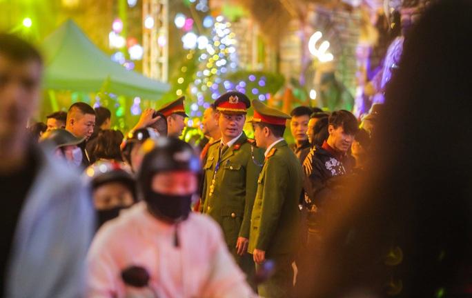 Hà Nội: Hàng vạn người dân nô nức đón lễ Giáng sinh - Ảnh 3.