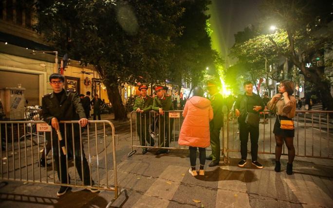 Hà Nội: Hàng vạn người dân nô nức đón lễ Giáng sinh - Ảnh 4.