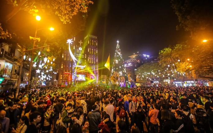 Hà Nội: Hàng vạn người dân nô nức đón lễ Giáng sinh - Ảnh 5.