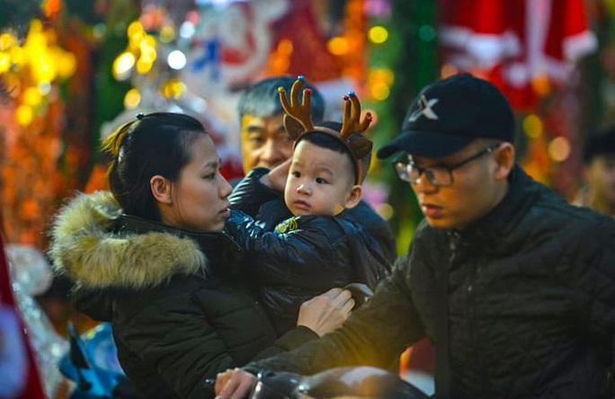 Hà Nội: Hàng vạn người dân nô nức đón lễ Giáng sinh - Ảnh 6.