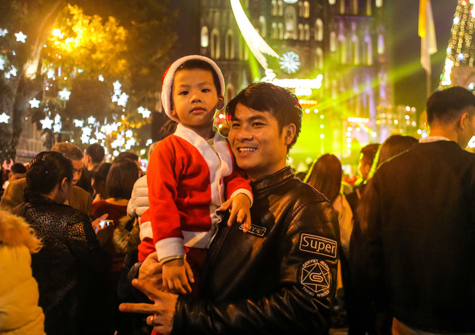 Hà Nội: Hàng vạn người dân nô nức đón lễ Giáng sinh - Ảnh 7.