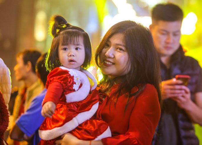 Hà Nội: Hàng vạn người dân nô nức đón lễ Giáng sinh - Ảnh 8.