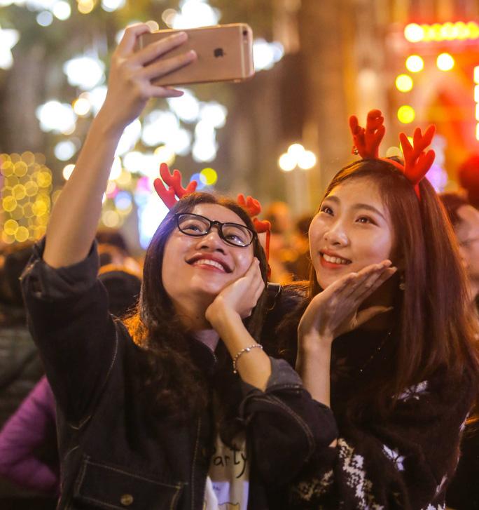 Hà Nội: Hàng vạn người dân nô nức đón lễ Giáng sinh - Ảnh 9.
