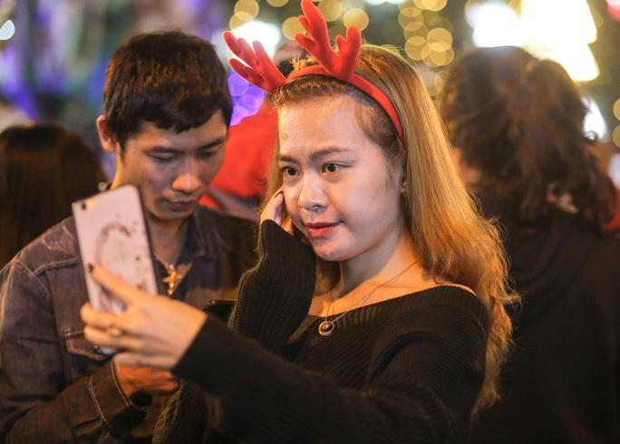 Hà Nội: Hàng vạn người dân nô nức đón lễ Giáng sinh - Ảnh 10.