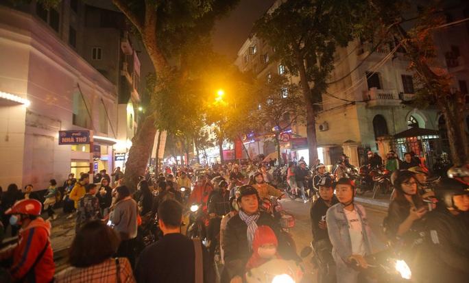 Hà Nội: Hàng vạn người dân nô nức đón lễ Giáng sinh - Ảnh 11.