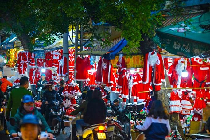 Hà Nội: Hàng vạn người dân nô nức đón lễ Giáng sinh - Ảnh 13.