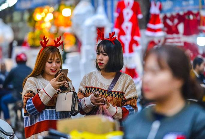 Hà Nội: Hàng vạn người dân nô nức đón lễ Giáng sinh - Ảnh 14.