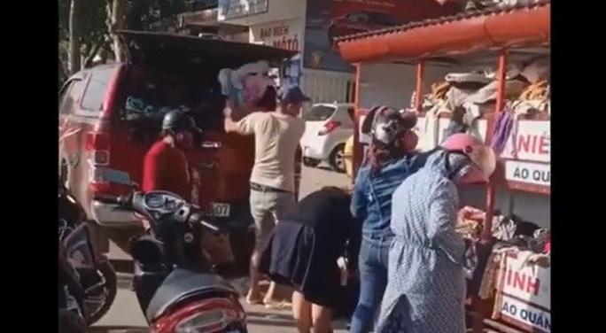 Thực hư chuyện ô tô tranh giành đồ từ thiện tại Đà Nẵng - Ảnh 2.