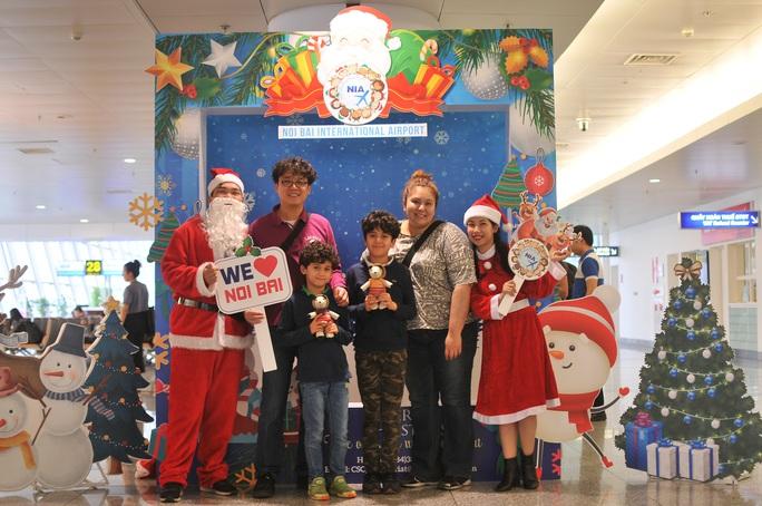 Bất ngờ với Ông già Noel, Công chúa Tuyết ở sân bay - Ảnh 4.
