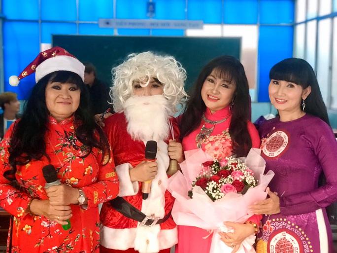 NSND Ngọc Giàu, NS Mạc Can, Việt Hương mang niềm vui san sẻ trong mùa Giáng sinh - Ảnh 8.